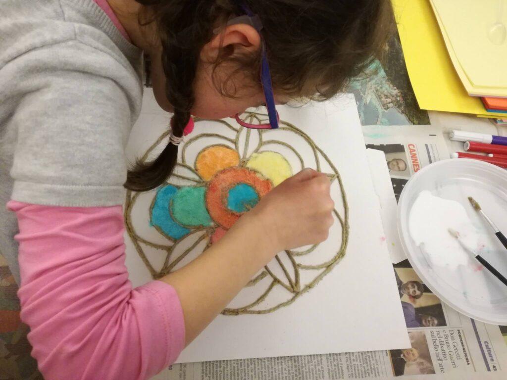 bambina che disegna su un foglio